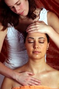 Ölmassagen helfen, um Vata Vikriti zu beruhigen, verhelfen also zu Wohlgefühl und Entspannung